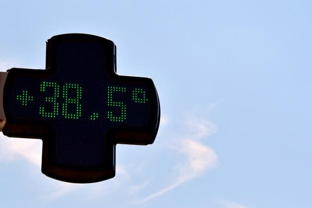 Un thermomètre sur la façade d'une pharmacie à Toulouse indique 38,5°C, le 6 août 2018 lors d'un épisode de canicule [PASCAL PAVANI / AFP]