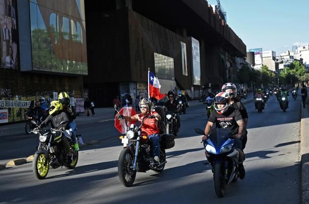 Des motards lors d'une manifestation contre la politique du gouvernement à Santiago du Chili, le 9 novembre 2019 [RODRIGO ARANGUA / AFP]