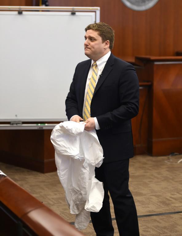 L'avocat de Dewayne Johnson Brent Wisner montre à la cour une combinaison de protection comme celle que portaient son client, le 09 juillet 2018 à San Francisco [JOSH EDELSON / POOL/AFP]