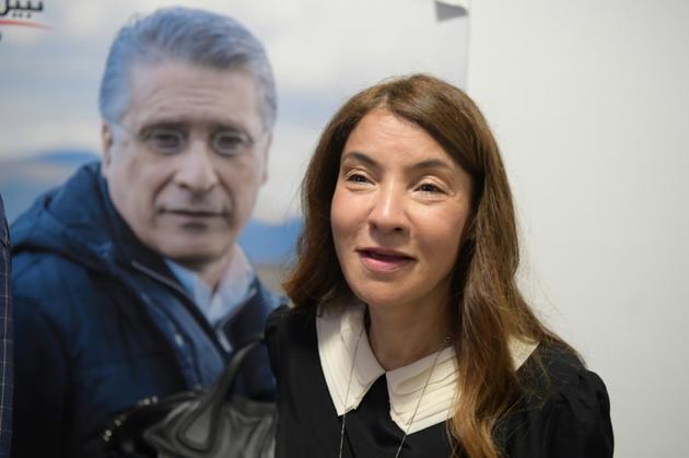 Salwa Smaoui attend devant un portrait de son mari Nabil Karoui, emprisonné, les résultats du premier tour de l'élection présidentielle tunisienne, le 15 septembre 2019 à Tunis. [Fethi Belaid / AFP]