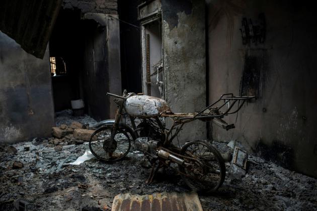 Une moto calcinée, le 27 juin 2018, après un massacre intercommunautaire dans le centre du Nigeria, dans le village de Ganaropp.<br />  [STEFAN HEUNIS / AFP]