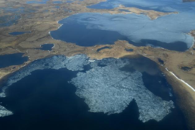 Vue aérienne du permafrost et des lacs près du village esquimau Yupik de Quinhagak, dans le delta du Yukon, le 12 avril 2019 en Alaska [Mark RALSTON / AFP]
