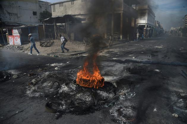 Des pneus auxquels des manifestants ont mis feu<br /> pour bloquer les rues à Port-au-Prince le 21 novembre 2018, au troisième jour d'un appel à la grève lancé par l'opposition. [HECTOR RETAMAL / AFP]