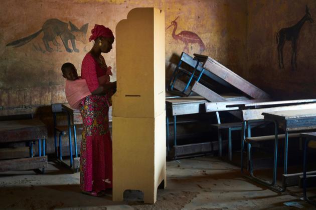 Une femme vote lors du 2e tour de la présidentielle, le 12 août 2018 à Bamako, au Mali<br />  [Michele CATTANI / AFP]