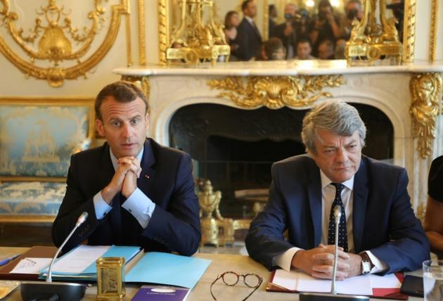 Le président français Emmanuel Macron et l'ancien ministre de l'Environnement Jean-Louis Borloo, chargé d'un rapport sur les quartiers, à l'Elysée le 22 mai 2018 [ludovic MARIN / POOL/AFP/Archives]
