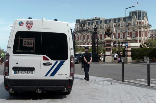 Un CRS monte la garde devant l'Hotel du Palais de Biarritz, dans le sud-ouest de la France, où les délégations étrangères du G7 seront accueillies, le 21 août 2019. [IROZ GAIZKA / AFP]