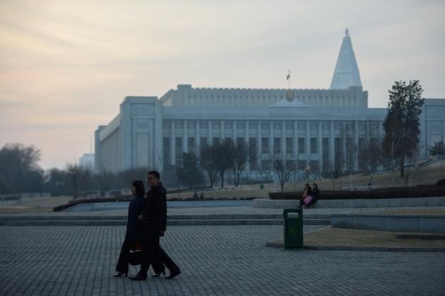 Des passants devant le siège de l'Assemblée suprême du peuple à Pyongyang, le 9 mars 2019 [Ed JONES / AFP]