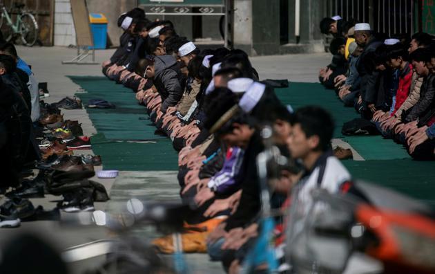 Des Chinois musulmans prient à la mosquée de Nanguan, le 2 mars 2018 à Linxia, dans le nord-ouest de la Chine [Johannes EISELE / AFP]