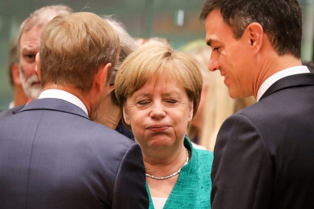 La chancelière allemande Angela Merkel discute avec le président du Conseil européen Donal Tusk et le Premier ministre espagnol Pedro Sanchez le 28 juin 2018 à Bruxelles. [Ludovic MARIN / AFP]
