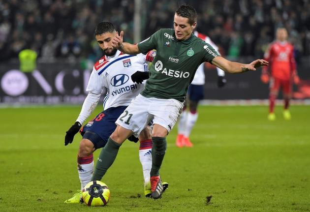 Duel entre le Stéphanois Romain Hamouma et le Lyonnais Nabil Fekir lors du dernier derby du Rhône disputé, le 20 janvier 2019 à Geoffroy-Guichard [ROMAIN LAFABREGUE / AFP/Archives]