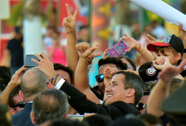 L'opposant vénézuélien Juan Guaido avec des partisans, le 2 mars 2019 à Salinas, en Equateur  [Rodrigo BUENDIA / Afp/AFP]