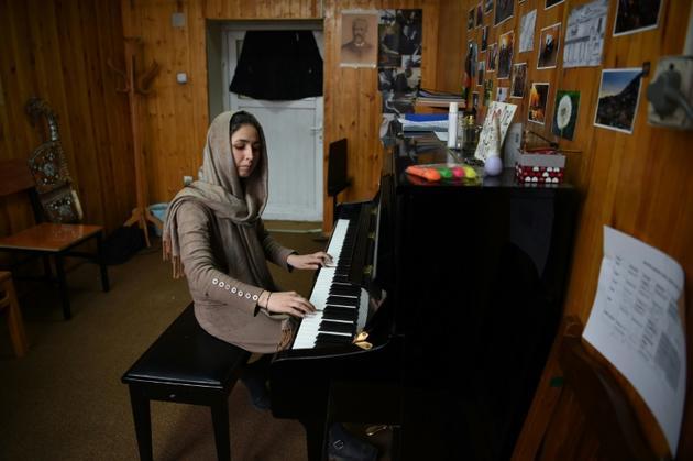 La cheffe d'orchestre afghane Negina Khpalwak au piano, le 19 février 2019 à Kaboul [WAKIL KOHSAR / AFP]