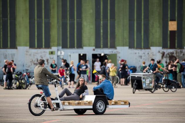 Des Allemands testent un vélo-cargo à la Foire du vélo de Berlin, le 15 avril 2018 [Odd ANDERSEN / AFP/Archives]