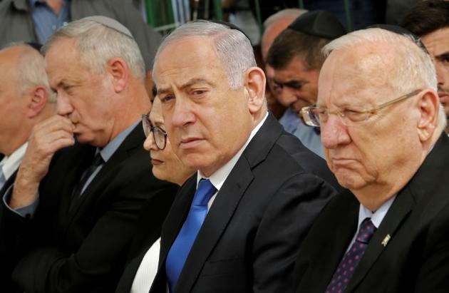 Le président israélien Reuven Rivlin (D), le Premier ministre sortant Benjamin Netanyahu (C) et son grand rival Benny Gantz (G), le 19 septembre 2019 lors d'une cérémonie à Jérusalem [GIL COHEN-MAGEN / AFP/Archives]