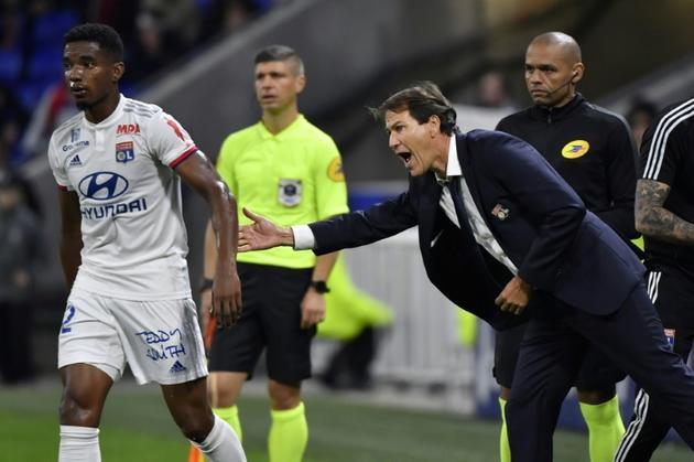 L'entraîneur de Lyon Rudi Garcia (d) encourage le milieu brésilien Thiago Mendes lors du match contre Metz, le 26 octobre 2019 à Décines-Charpieu  [PHILIPPE DESMAZES / AFP]