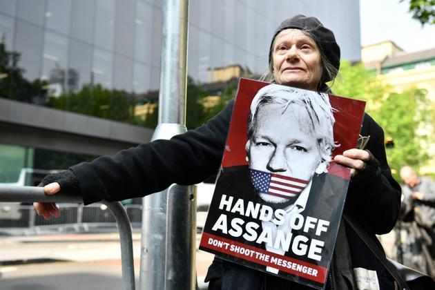 Des partisans de Julian Assange manifestent devant le tribunal où le fondateur de Wikileaks a été condamné mercredi pour violation de sa liberté provisoire, à Londres le 1er mai 2019  [Daniel LEAL-OLIVAS / AFP]