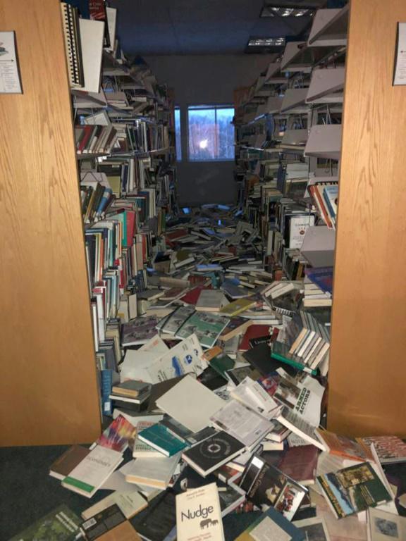Des livres à terre dans une bibliothèque à Anchorage, le 20 novembre 2018 après le séisme de magnitude 7.0 en Alaska [Holly A. Bell / AFP]