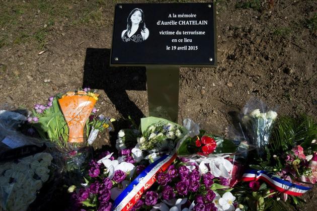 Des fleurs sont déposées en mémoire d'Aurélie Châtelain le 10 avril 2016 à Villejuif, au sud de Paris  [JOEL SAGET / AFP/Archives]
