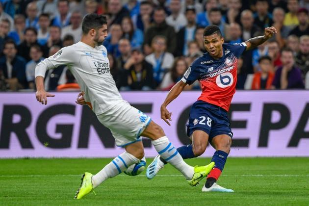 Le défenseur espagnol de l'OM Alvaro Gonzalez (g) tente de contrer l'attaquant mozambicain de Lille Reinildo Mandava, le 2 novembre 2019 à Marseille  [Christophe SIMON / AFP]