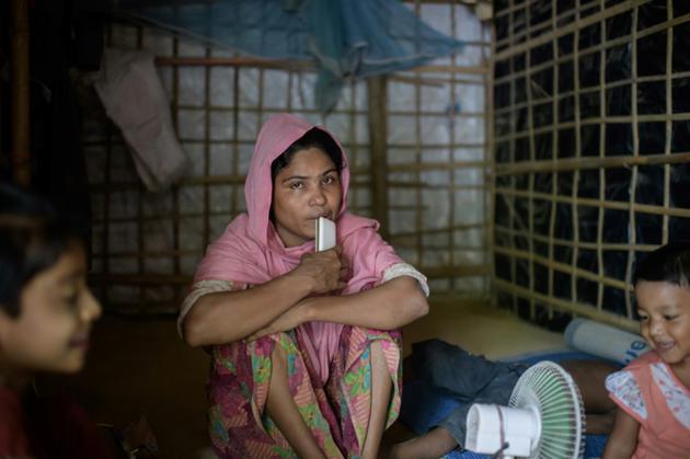Mabia Khatun, réfugiée rohingya de 30 ans, avec ses enfants après la mort de son mari âgé de 72 ans, Najmul Islam, dans le camp de Kutupalong près de Cox's Bazar le 11 août 2018 [Ed JONES / AFP]