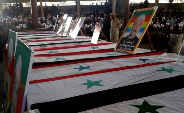 Photo diffusée par l'agence de presse officielle syrienne Sana montrant une série de cercueils des victimes des attaques commises le 25 juillet 2018 par le groupe jihadiste Etat islamique (EI), lors de funérailles le 26 juillet 2018 dans la ville de Soueida, dans le sud de la Syrie [Handout / SANA/AFP]