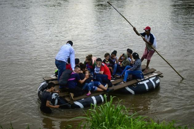Des migrants traversent en radeau le fleuve Suchiate, entre  Tecun Uman, au Guatemala et Ciudad Hidalgo, dans le sud du Mexique, le 8 juin 2019 [PEDRO PARDO / AFP]