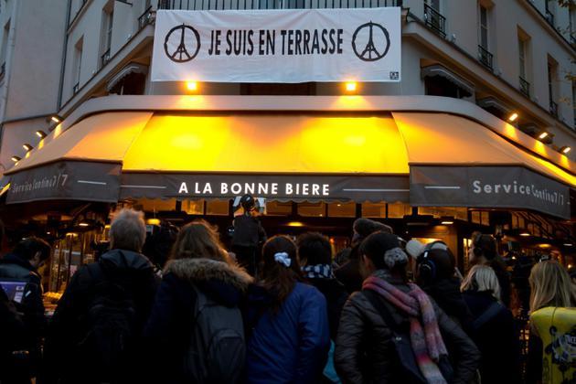 """Une bannière """"Je suis en Terrasse"""" flotte au dessus du bar """"La bonne bière"""", le 4 décembre 2015 [KENZO TRIBOUILLARD / AFP/Archives]"""