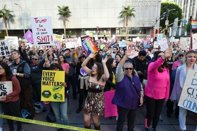"""Des manifestants participent à la """"Marche des femmes"""" le 19 janvier 2019 à Los Angeles [Robyn BECK                          / AFP]"""