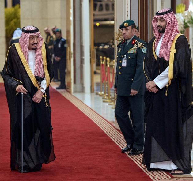 Le roi Salmane d'Arabie saoudite (g) et son fils, le prince héritier Mohamed Ben Salmane, le 1er juin 2019 à La Mecque [Bandar AL-JALOUD / Saudi Royal Palace/AFP]