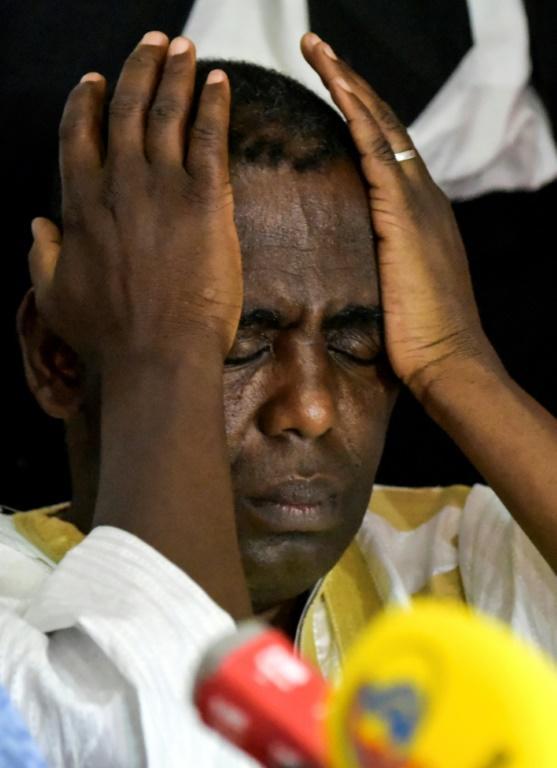 L'opposant Biram Ould Dah Ould Abeid, battu à la présidentielle en Mauritanie, se tient la tête lors d'une conférence de presse à Nouakchott le 23 juin 2019.<br />  [Sia KAMBOU / AFP]