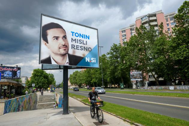 Une affiche électorale du parti de centre-droit Nouvelle Slovénie (NSi) avant les élections législatives, le 21 mai 2018 à Ljubljana, en Slovénie [Jure Makovec / AFP/Archives]