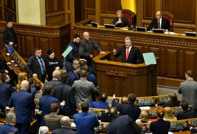 Le président ukrainien Petro Porochenko (c) devant le Pralement réuni en session d'urgence, le 26 novembre 2018 à Kiev  [Genya SAVILOV / AFP]