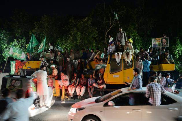 Des partisans de l'ancien Premier ministre du  Pakistan Nawaz Sharif se dirigent vers l'aéroport pour l'attendre à son retour de Londres, à Lahore le 13 juillet 2018 [AAMIR QURESHI / AFP]