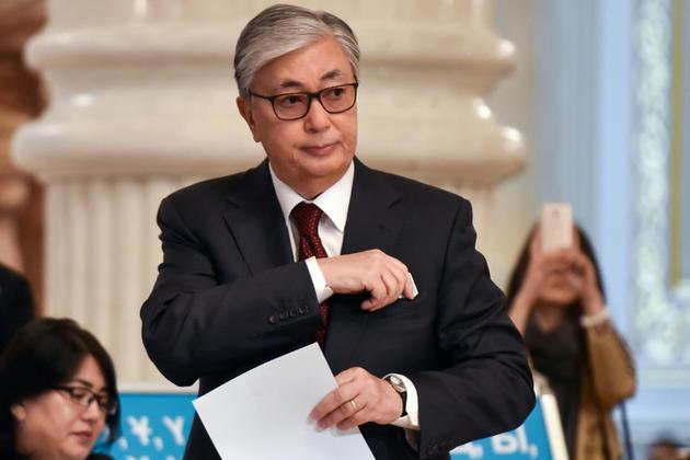 Kassym-Jomart Tokaïev, élu dimanche nouveau président du Kazakhstan, dans un bureau de vote à Nur-Sultan, le 9 juin 2019  [VYACHESLAV OSELEDKO / AFP]