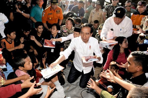 Photo diffisée par la présidence indonésienne montre le président Joko Widodo aved les sinistrés après le séisme à Lombok, le 30 juillet 2018 [AGUS SUPARTO / INDONESIAN PRESIDENTIAL PALACE/AFP]