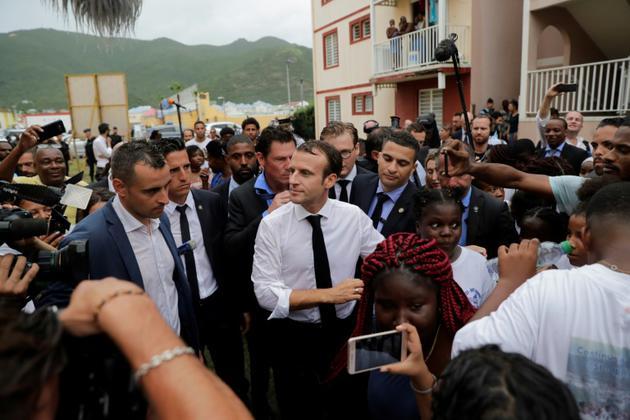 Bain de foule du président Macron dans le Quartier d'Orléans sur l'île de Saint-Martin le 29 septembre 2018 [Thomas SAMSON / POOL/AFP]
