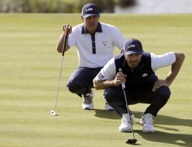 Les golfeurs américains Dustin Johnson (d) et Brooks Koepka lors de la 2e journée de la Ryder Cup, le 29 septembre 2018 à Saint-Quentin-en-Yvelines  [Geoffroy VAN DER HASSELT / AFP/Archives]