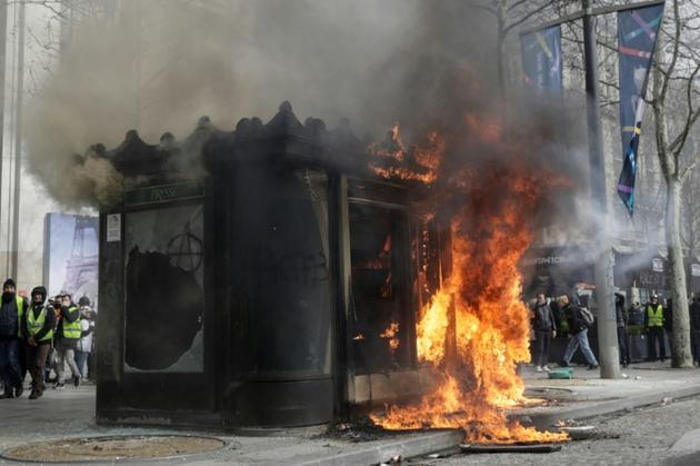 Un kiosque incendié sur les Champs-Elysées le 16 mars 2019 à Paris [Geoffroy VAN DER HASSELT / AFP]