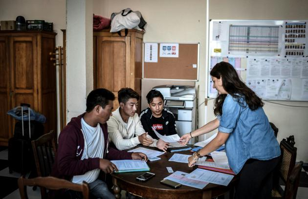 Des dizaines d'habitants de Bonnelles se sont investis dans du bénévolat [STEPHANE DE SAKUTIN / AFP]