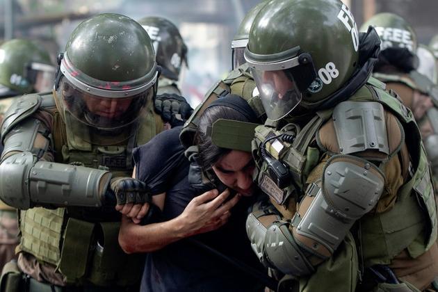 Interpellation d'un manifestant à Santiago du Chili, le 4 novembre 2019 [CLAUDIO REYES / AFP]