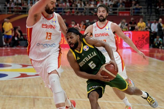 L'Australien Patty Mills (c) à la lutte avec l'Espagnol Marc Gasol (g) en demi-finales du Mondial de basket, le 13 septembre 2019 à Pékin [NOEL CELIS  / AFP]