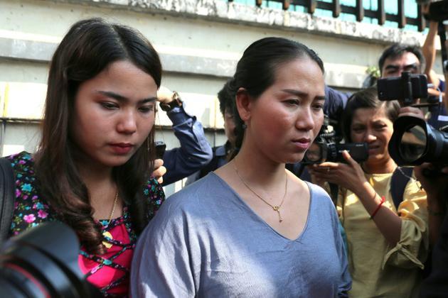 Chit Su Win (gà et Panei Mon (d), les épouses des journalistes de Reuters Kyaw Soe Oo et Wa Lone, condamnés à nouveau en appel à sept ans de prison, sortent du tribunal de Rangoun, le 11 janvier 2019 en Birmanie [Sai Aung MAIN / AFP]