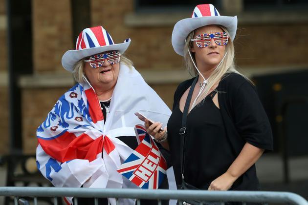 Des inconditionnels de la famille royale à Windsor, pour le mariage de la princesse Eugenie et Jack Brooksbank, le 12 octobre 2018 [Daniel LEAL-OLIVAS / POOL/AFP]