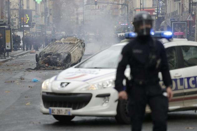 """Des étudiants ont mis le feu à une voiture, le 3 décembre 2018 à Aubervilliers (banlieue nord de Paris), dans le sillage de la manifestation des """"gilets jaunes"""" [Thomas SAMSON / AFP]"""