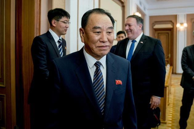 Kim Yong Chol, le bras droit du leader nord-coréen, et au second plan à droite, Mike Pompeo, le secrétaire d'Etat américain, le 6 juuillet 2018 à Pyongyang  [Andrew Harnik / POOL/AFP]