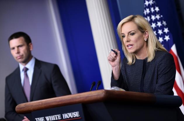 Kirstjen Nielsen (D), alors ministre de la Sécurité intérieure, et Kevin K. McAleenan, alors chef du service américain des douanes et de protection des frontières (CPB) à la Maison Blanche à Washington, DC le 18 juin 2018 [Brendan SMIALOWSKI / AFP/Archives]