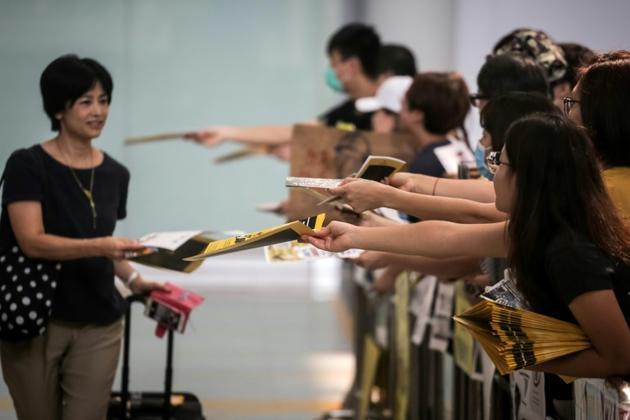 Des manifestants pro-démocratie distribuent des tracts aux passagers débarquant à l'aéroport de Hong Kong, le 10 août 2019 [VIVEK PRAKASH / AFP/Archives]