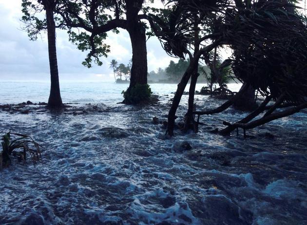 Effets combinés d'une tempête et de la marée haute, l'atoll de Majuro dans les îles Marshall est recouvert par les eaux le 3 mars 2014 [GIFF JOHNSON / AFP/Archives]