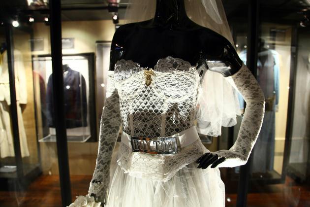 """L arobe de mariée portée par Madonna dans son clip """"Like a Virgin"""" exposée à New York, le 18 mai 2011 [Neilson Barnard / Getty/AFP/Archives]"""