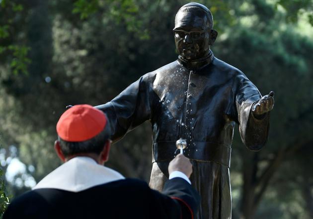 Le Cardinal Gregorio Rosa Chavez bénit la statue<br /> de l'archevêque salvadorien Oscar Romero après son installation à Rome le 13 octobre 2018 [Filippo MONTEFORTE / AFP]
